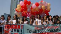 Deretan wanita cantik menggelar aksi saat Car Free Day (CFD)  yang berlangsung di Bundaran HI, Jakarta, Minggu (21/9/2014) (Liputan6.com/Faizal Fanani)
