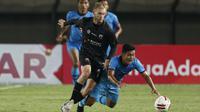 Gelandang Madura United, Jacob Scott Pepper (kiri) berebut bola dengan pemain Persela Lamongan dalam laga matchday ke-3 Grup C Piala Menpora 2021 di Stadion Si Jalak Harupat, Bandung, Kamis (1/4/2021). Madura United bermain imbang 1-1 dengan Persela Lamon