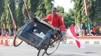 Tukang becak purbalingga memamerkan ketangkasannya mengemudikan becak pada lomba ketangkasan becak Purbalingga 2017. (Foto: Liputan6.com/Dinkominfo PBG/Muhamad Ridlo).