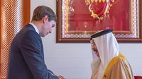 Jared Kushner memberikan kitab Taurat ke Raja Bahrain Hamad bin Isa bin Salman al-Khalifa. Kushner adalah penasihat sekaligus menantu Presiden AS Donald Trump. Dok: Avi Berkowitz @aviberkow45