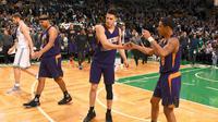 Pemain muda Phoenix Suns Devin Booker (tengah) saat melawan Antonio Spurs (NBA)