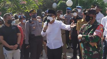 Eri Cahyadi menemui pendemo tolak penyekatan di Suramadu. (Dian Kurniawan/Liputan6.com)