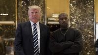 Kedatangan Kanye disambut hangat oleh Trump di gedung pribadinya, Trump Tower, di kawasan New York. Namun sangat disayangkan, keduanya tidak memberikan keterangan apapun pada awak media. (AFP/Bintang.com)