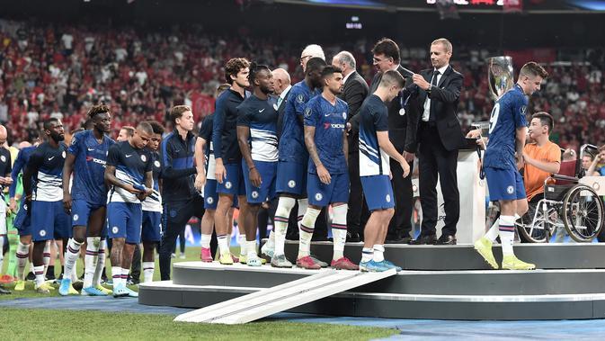 Pemain Chelsea saat menerima medali setelah pertandingan Piala Super Eropa 2019 di Besiktas Park, di Istanbul (15/8/2019) (AFP Photo/Ozan Kose)