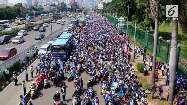 Ribuan buruh gelar demo di Gedung DPR/MPR menyuarakan tuntutan kesejahteraan dari pemerintah.