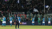 Para pemain Napoli menyapa suporter usai mengalahkan Crotone pada laga Serie A Italia di Stadion Ezio Scida, Crotone, Jumat (29/12/2017). Crotone kalah 0-1 dari Napoli. (AFP/Carlo Hermann)