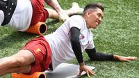 Penyerang Liverpool asal Brasil Roberto Firmino melakukan pemanasan saat sesi pelatihan di stadion Anfield, Inggris (21/5). Final Liga Champions antara Liverpool dan Real Madrid akan berlangsung di Stadion NSC Olimpiyskiy di Kiev. (AFP Photo/Paul Ellis)