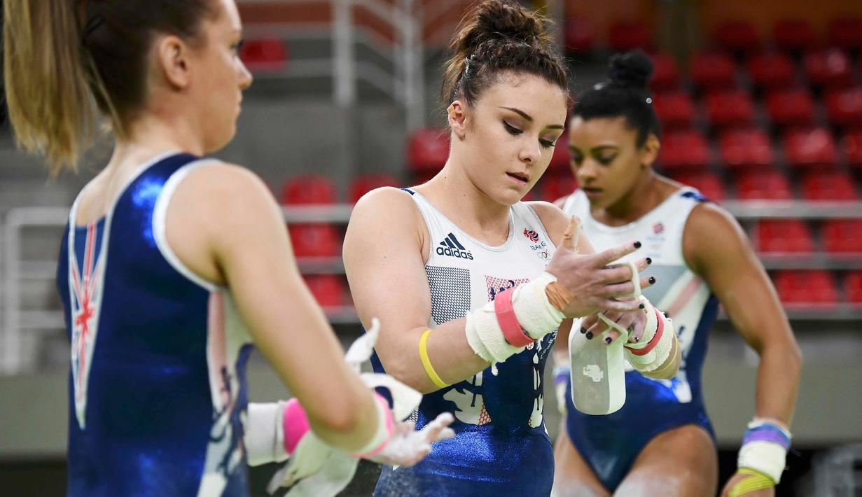 Atlet senam Ruby Harrold asal United Kingdom memakai kapur ditangannya saat berlatih jelang penampilannya di ajang Olimpiade 2016 di Rio Olympic Arena di Rio de Janeiro, Brazil, (4/8). (REUTERS/REUTERS/Dylan Martinez)