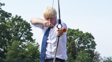 PM Inggris Boris Johnson bermain panahan saat mengunjungi Premier Education Summer Camp di Sacred Heart of Mary Girl's School, Upminster, Inggris, Senin (10/8/2020). Kunjungan Boris untuk melihat persiapan jelang pembukaan kembali sekolah pada September mendatang. (Lucy Young/Pool via AP)