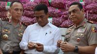 Menteri Pertanian Amran Sulaiman mengecek kualitas bawang putih yang diimpor dari Tiongkok saat operasi pasar di Pasar Induk Kramat Jati, Rabu (17/5). Sebanyak 9.000 ton bawang putih dijual dengan harga Rp 25 ribu per kg. (Liputan6.com/Immanuel Antonius)