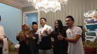 Cawapres Ma'ruf Amin menerima pesinetron Adly Fairuz di rumahnya, Jalan Situbondo, Menteng, Jakarta Pusat, Selasa (19/2/2019) pagi. (Merdeka.com/Ahda Bayhaqi)