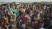 Warga kamp penampungan pengungsi di Bentui, Sudan Selatan, antri untuk mengisi kontainer mereka dengan air, 2 Juli 2014 (AP)