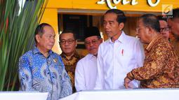 Presiden Joko Widodo berbincang dengan Menko Perekonomian Darmin Nasution saat meresmikan proyek Kawasan Ekonomi Khusus (KEK) di Bandara Sam Ratulangi Manado, Senin (1/4). Jokowi meresmikan tiga KEK, Rusun Mahasiswa IAIN Kota Manado dan Rusun Mahasiswa UKI Kota Tomohon. (Liputan6.com/Angga Yuniar)