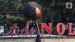 Wisatawan berpose di Titik Nol KM, Pantai Anyer, Banten, Sabtu (5/9/2020). Sebelum adanya pandemi COVID-19, Pantai Anyer telah mengalami penurunan pengunjung karena bencana tsunami yang melanda pada tahun 2018 lalu. (Liputan6.com/Johan Tallo)