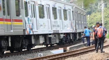 Sejumlah petugas KAI memeriksa keadaan kereta yang anjlok di dekat Stasiun Palmerah, Jakarta, Sabtu (13/10). Anjloknya kereta terjadi pada pukul 11.00 WIB. (Liputan6.com/Herman Zakharia)