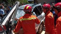 Mobil ringsek setelah tertimpa pohon tumbang di Universitas Pancasila, Jakarta Selatan. (Merdeka.com)