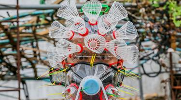Seniman Filipina Leeroy New mengenakan masker improvisasi di studionya di Manila, 22 Mei 2020. Leeroy New menggunakan botol plastik daur ulang, gelas dan kok untuk membuat masker artistik COVID-19 yang juga akan tampilkan dalam pameran online bersama seniman visual lainnya. (Xinhua/Rouelle Umali)