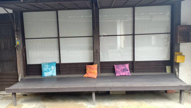 Tampilan dinding kayu di depan rumah bergaya tradisional di Uchiko, Prefektur Ehime, Jepang yang bisa dijadikan kursi. (Liputan6.com/ Mevi Linawati)