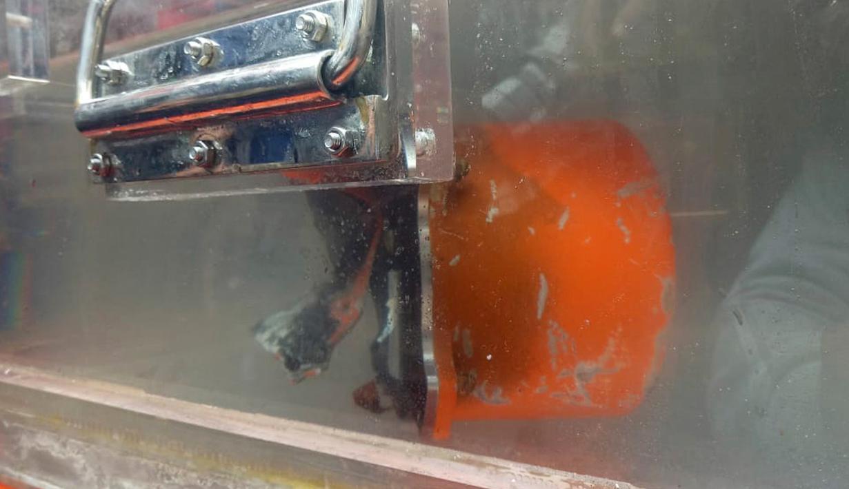 Cockpit Voice Recorder (CVR) Lion Air JT 610 yang jatuh di perairan Karawang Oktober 2018 lalu disimpan di dalam wadah berisi air di atas kapal Angkatan Laut Indonesia KRI Spica di perairan Tanjung Karawang, Indonesia (14/1). (AP Photo/Achmad Ibrahim)