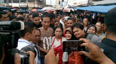 Calon Presiden nomor urut 01 Jokowi  blusukan ke Pasar Gintung Bandar Lampung. Pasar tradisional di Jalan Pisang, Tanjung Karang Pusat, Bandar Lampung. (Merdeka.com/Titin Supriatin)