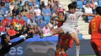 Kiper Timnas China, Shimeng Peng, menggagalkan upaya pemain Timnas Spanyol, Lucia Garcia, pada laga Grup B Piala Dunia Wanita 2019 di Stadion Oceane. Le Havre, Senin (17/6/2019) malam waktu setempat. (AFP/Loic Venance)