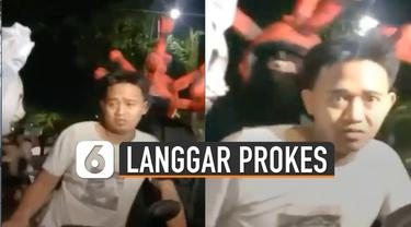 Pemuda itu nampak masih cemas ketika dibawa petugas berkostum untuk diberi sanksi.