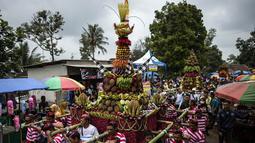 Para peserta mengarak tumpeng durian selama festival Kenduren di Jombang, Jawa Timur, Minggu (3/3). Festival tersebut merupakan acara tahunan yang digelar setiap memasuki musim panen durian sebagai bentuk syukur petani kepada Tuhan (Juni Kriswanto/AFP)