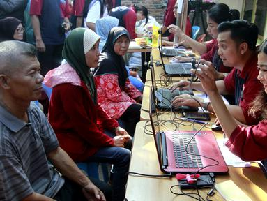 Warga registrasi untuk mendapatkan paket sembako di Rawa Badak  Selatan, Jakarta Utara, Kamis (13/6). H-1 Idul Fitri Artha Graha Peduli (AGP) menggelar pasar murah dan penjualan daging sapi bersubsidi. (Liputan6.com/HO/Rizki)