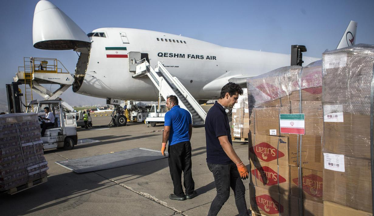 Petugas bersiap memasukkan boks berisi makanan dan suplai medis ke dalam pesawat di Bandara Internasional Mehrabad di Teheran, 5 Agustus 2020. Iran sudah mulai mengirimkan makanan, obat-obatan dan peralatan medis ke Lebanon pascaledakan yang mengguncang pelabuhan di Beirut. (Xinhua/Ahmad Halabisaz)