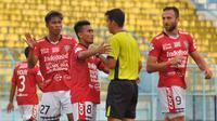 Pemain Bali United sempat memprotes wasit saat melawan Arema di Stadion Kanjuruhan, Kabupaten Malang, Sabtu (20/10/2018). (Bola.com/Iwan Setiawan)