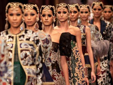Sejumlah model mengenakan busana koleksi terbaru Sebastian Gunawan di kawasan Senayan, Jakarta, Selasa (29/11). Adi busana rancangan Sebastian Gunawan terdiri dari gaun koktail dan gaun malam yang eksklusif untuk tahun 2017. (Liputan6.com/Gempur M Surya)