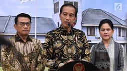 Presiden Joko Widodo memberi keterangan saat akan bertolak ke Singapura menjenguk Ani Yudhoyono di Bandara Halim Perdanakusuma, Jakarta, Kamis (21/2). Jokowi mengajak untuk mendoakan Ani Yudhoyono segera pulih. (Liputan6.com/HO/Biro Pers Setpres)