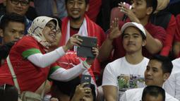 Putra Presiden Joko Widodo, Kaesang Pangarep, menonton laga Piala AFF 2018 antara Singapura melawan Timnas Indonesia di Stadion Nasional, Singapura, Jumat (9/11). Singapura menang 1-0 atas Indonesia. (Bola.com/M Iqbal Ichsan)