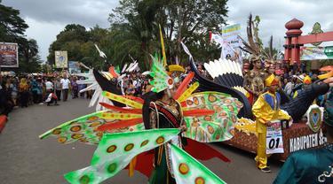 Pawai Warna-warni Dayak Buka Festival Budaya Iseng Mulang