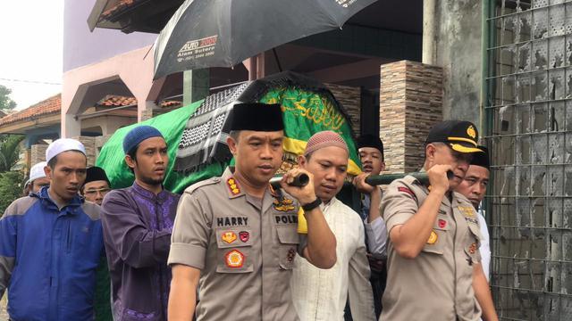 Image result for image Gotong Tandu, Kapolrestro Tangerang Makamkan Santri Korban Pikap Terguling