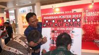 Pameran poster ucapan terimakasih untuk Jokowi-Ma'ruf berlangsung di Jakarta. (Liputan6.com/Putu Merta Surya Putra)