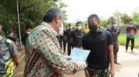 40 Prajurit TNI Yon Arhanud Serpong diizinkan pulang dari Rumah Lawan Covid-19 Tangsel setelah dinyatakan sembuh dari virus corona. (Liputan6.com/Pramita Tristiawati)