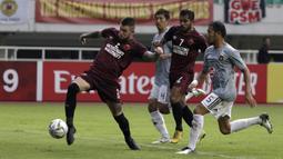 Bek PSM Makassar, Aaron Evans, berusaha melepaskan tembakan ke gawang Kaya FC-Iloilo pada laga AFC Cup 2019 di Stadion Pakansari, Bogor, Selasa (2/4). Kedua tim bermain imbang 1-1. (Bola.com/Yoppy Renato)
