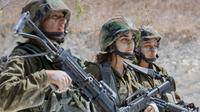 Tentara wanita Israel dari Batalion Bardalas saat menjalani latihan di sebuah kamp militer di dekat Yoqne'am Illit, Israel Utara, (13/9). Batalion Bardales diperkuat oleh tentara pria dan wanita. (AFP Photo/Jack Guez)