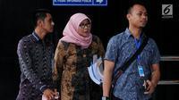 Direktur Jenderal Pemasyarakatan (Dirjen Pas) Sri Puguh Budi Utami (kerudung) tiba di Gedung KPK, Jakarta, untuk menjalani pemeriksaan, Jumat (24/8). Sri diperiksa dalam kasus dugaan suap jual-beli fasilitas di Lapas Sukamiskin. (Merdeka.com/Dwi Narwoko)