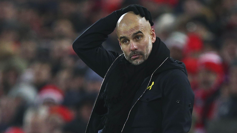 Pelatih Manchester City, Pep Guardiola, tampak kecewa usai ditaklukkan Liverpool pada laga Premier League di Stadion Anfield, Minggu (14/1/2018). Liverpool menang 4-3 atas Manchester City. (AP/Dave Thompson)