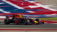 Pebalap Red Bull, Max Verstappen, batal meraih podium ketiga di F1 GP Amerika Serikat karena mendapatkan sanksi penalti lima detik setelah dianggap curang pada lap terakhir ketika menyalip Kimi Raikkonen. (Twitter/@F1)