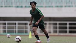 Pemain Timnas Indonesia U-19, Andre Oktaviansyah, menggiring bola saat latihan di Stadion Pakansari, Bogor, Senin (30/9). Latihan ini merupakan persiapan jelang Piala AFF U-19 di Vietnam. (Bola.com/Vitalis Yogi Trisna)