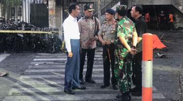 Presiden Jokowi berbincang dengan Kapolri Jenderal Tito Karnavian saat meninjau Gereja Kristen Indonesia di Jalan Arjuna, Surabaya, Minggu (13/5). GPPS merupakan salah satu dari tiga gereja di Surabaya yang diserang bom bunuh diri. (Liputan6.com/Istimewa)