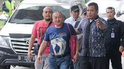 Dirut PT Sinar 99 Permai, Wilhelmus Iwan Ulumbu (tengah) tiba di gedung KPK, Jakarta, Senin (12/2). Wilhelmus ditetapkan sebagai tersangka terkait kasus dugaan suap terkait proyek infrastruktur di Kabupaten Ngada, NTT. (Liputan6.com/Herman Zakharia)