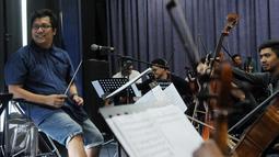 Erwin Gutawa menjalani sesi latihan bersama musisi legendaris, Iwan Fals di kawasan Cilandak, Jakarta, Minggu (21/8). Erwin Gutawa Orchestra jadi pengiring sederet musisi kenamaan Tanah Air di malam puncak HUT SCTV ke-26. (Liputan6.com/Helmi Afandi)