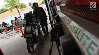 Seorang pengendara menunggu untuk mengisi bahan bakar minyak (BBM) di SPBU Abdul Muis, Jakarta, Jumat (2/2). Angka inflasi bisa lebih tinggi lagi jika nilai tukar rupiah terhadap dolar Amerika Serikat (AS) melemah. (Liputan6.com/Angga Yuniar)