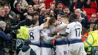 Penyerang Tottenham Hotspur, Fernando Llorente berselebrasi dengan timnya setelah mencetak gol ke gawang Borussia Dortmund pada leg pertama 16 besar Liga Champions di Stadion Wembley, Rabu (13/2). Tottenham Hotspur menang telak 3-0. (AP/Frank Augstein)