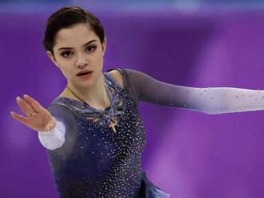 Evgenia Medvedeva saat tampil dalam kejuaraan figure skating selama Olimpiade Musim Dingin 2018 di Gangneung Ice Arena, Gangneung, Korea Selatan (21/2). Medvedeva merupakan atlet Rusia kelahiran 19 November 1999 . (AP Photo / Bernat Armangue)