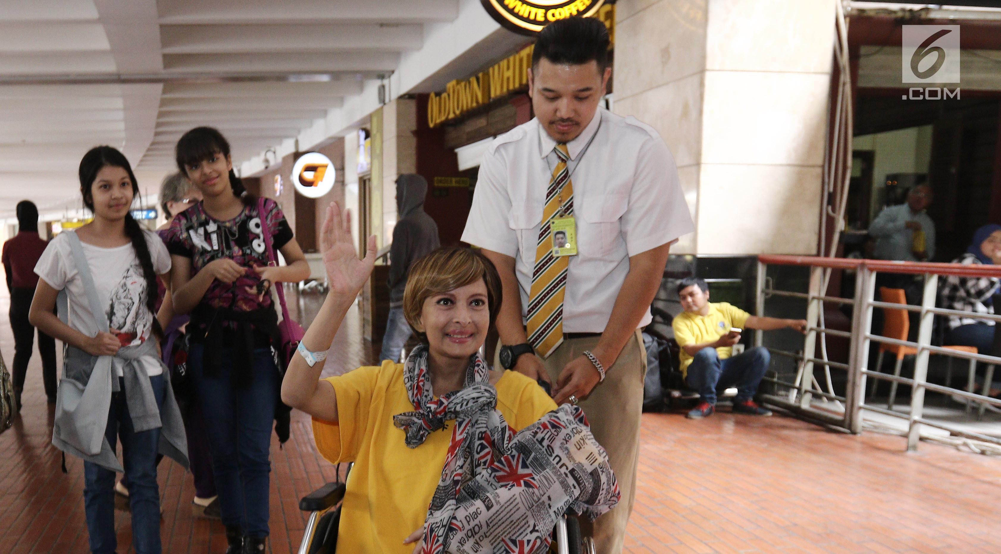 Yana Zein tiba di Bandara Soekarno Hatta  usai menjalani pengobatan kanker payudara dan kanker kelenjar getah bening yang dideritanya, di Modern Cancer Hospital Guangzhou, Tiongkok. (Liputan6.com/Herman Zakharia)